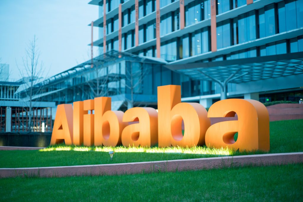 Az Alibaba az egyik legnagyobb e-kereskedelmi vállalat Kínában. A koronavírus hatására várhatóan az e-kereskedelmi forgalom megnövekszik az otthonaikba ragadt emberek miatt.